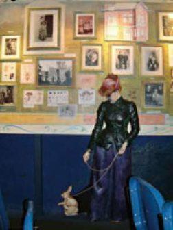 館內將畢翠帶兔子在園中散步的身影塑像展出。背後是畢翠的相關照片與水彩寫生作品。