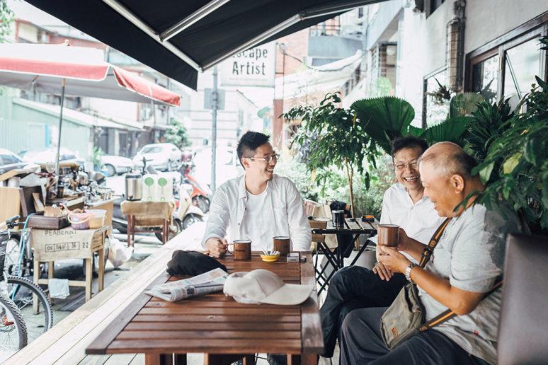 一個是 Bruce 的大學教授,一個是廣告導演,兩名熟客常一起聊天喝咖啡。(圖片授權/小日子享生活誌)