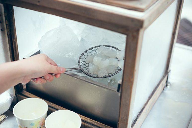 用傳統的網杓撈涼粉。檜木櫃裡放著大大的冰塊,就是以前人的冰箱了。(圖片授權/小日子享生活誌)