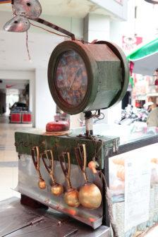 古銅色的轉輪已披戴上時光的鏽痕,來試試手氣吧。(圖片授權/小日子享生活誌)