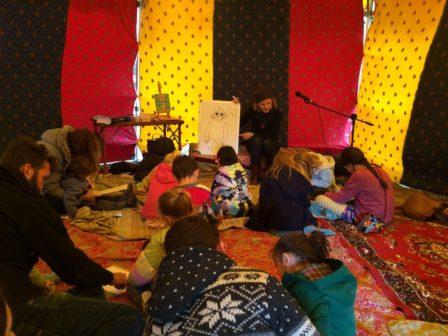 在帳篷下的兒童故事屋