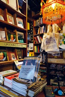 圖說:(左)莎士比亞書店裡販賣種類眾多的周邊商品。(右)莎士比亞書店內充滿智慧的語句。