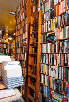 圖說:(左)修道院書店內的藏書量十分驚人。(右)即便地下室入口處也是汗牛充棟。