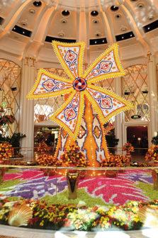 踏入永利皇宮,即可看見花藝設計師 Preston Bailey 設計的大型花卉藝術。