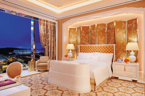永利皇宮的天際花園別墅,臥室中大片落地窗可欣賞表演湖美景。