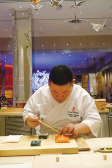 來到「鰭泓」壽司吧品嚐精選壽司,師傅在眼前製作壽司的身影便是最大的視覺享受。