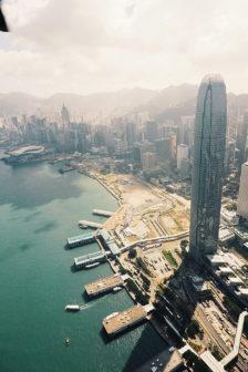 坐在直升機上,以空拍視角觀看香港,享受凌駕於陸地高空快感,是人生最過癮的時刻。