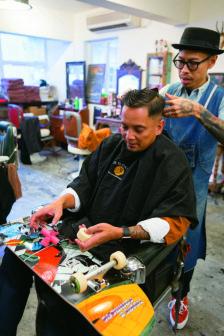 混有外國血統的滑板教父當天來理髮廳理髮,是 Adam 多年的忠實客戶。