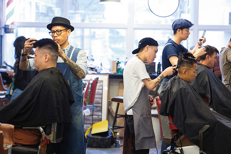 在理髮廳中,每位理髮師都專注地幫客人剪出適合的髮型。