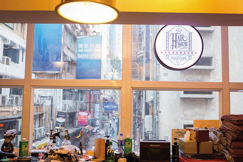 簡單不浮誇的招牌裝飾讓理髮廳充滿簡潔有力的個人風格