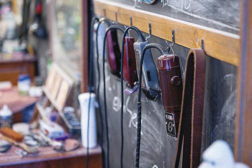 每張理髮椅前面都擺放許多專業又復古的理髮器材
